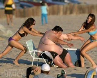 acdb4-fat_guy_having_trouble_at_the_beach_2